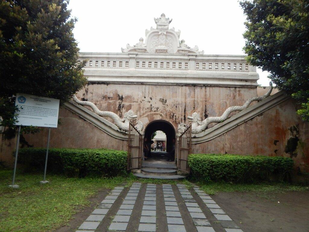 Вход в Таман Сари