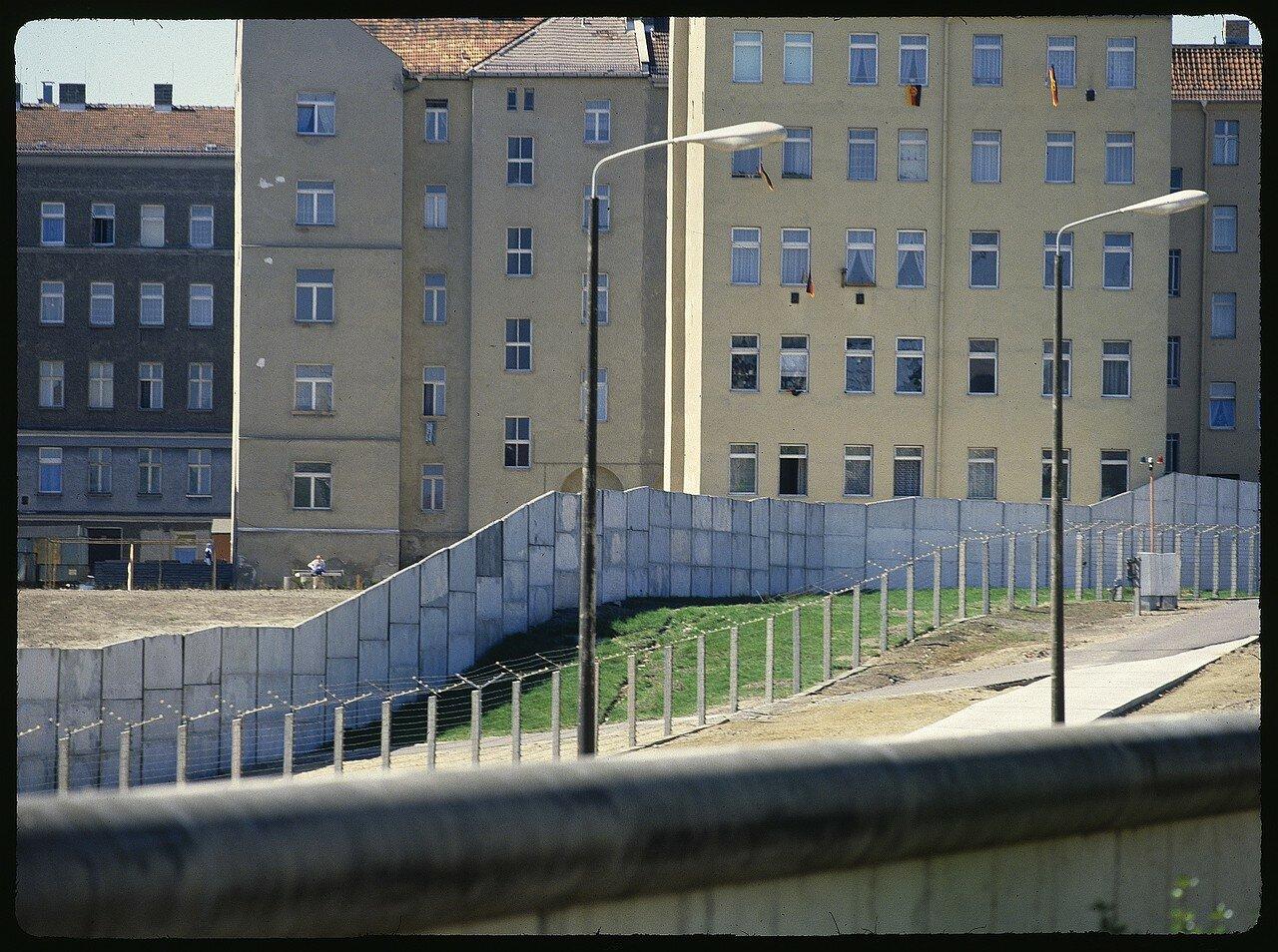 Западный Берлин. Вид со смотровой площадки на Бернауэр-штрассе на участок стены и территорию Восточного Берлина