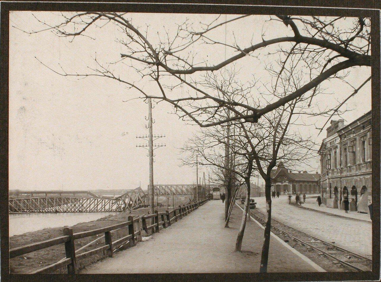 14. Вид части набережной; слева - взорванный мост через реку Сан