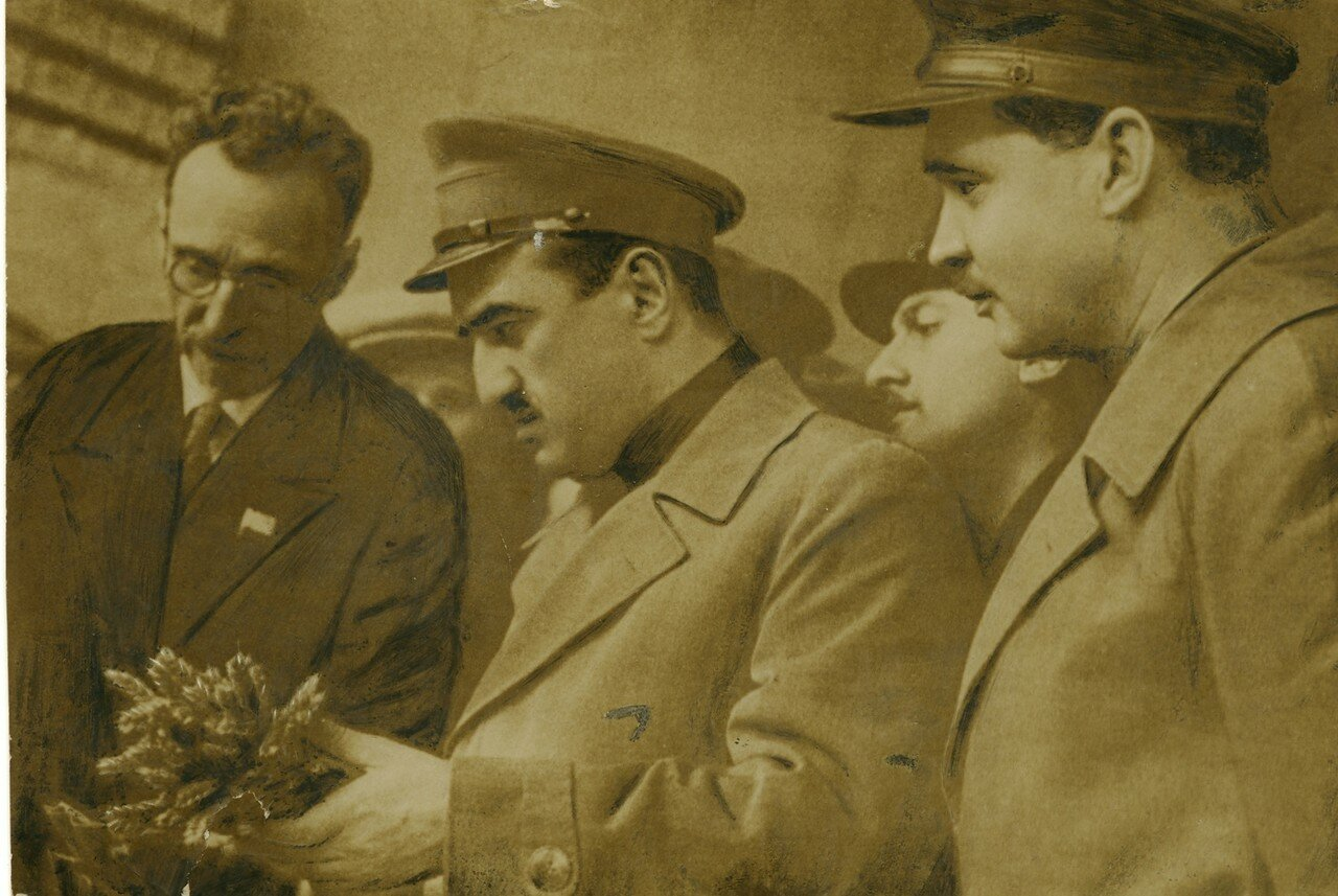 1936. Акад. Г.К. Мейстер демонстрирует безостую твердую пшеницу т.Микояну и Кривицкому