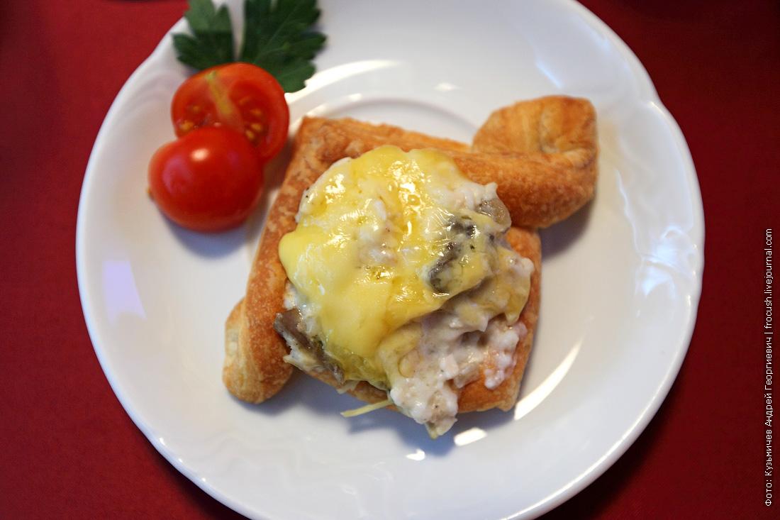 Жюльен куриный с грибами и сырной слойкой в авторской подаче