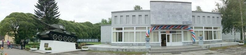 Здание музея и памятник Т-34-85