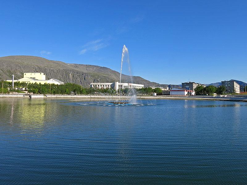 Озеро с фонтаном