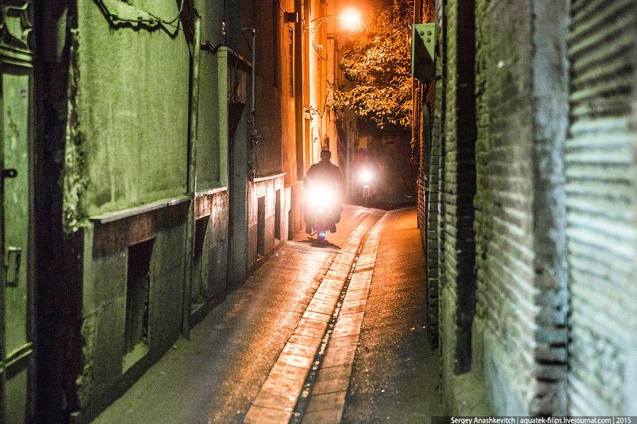 45. С наступлением темноты Тегеран выглядит совсем иначе. Как по мне, необычней, интересней и притяг