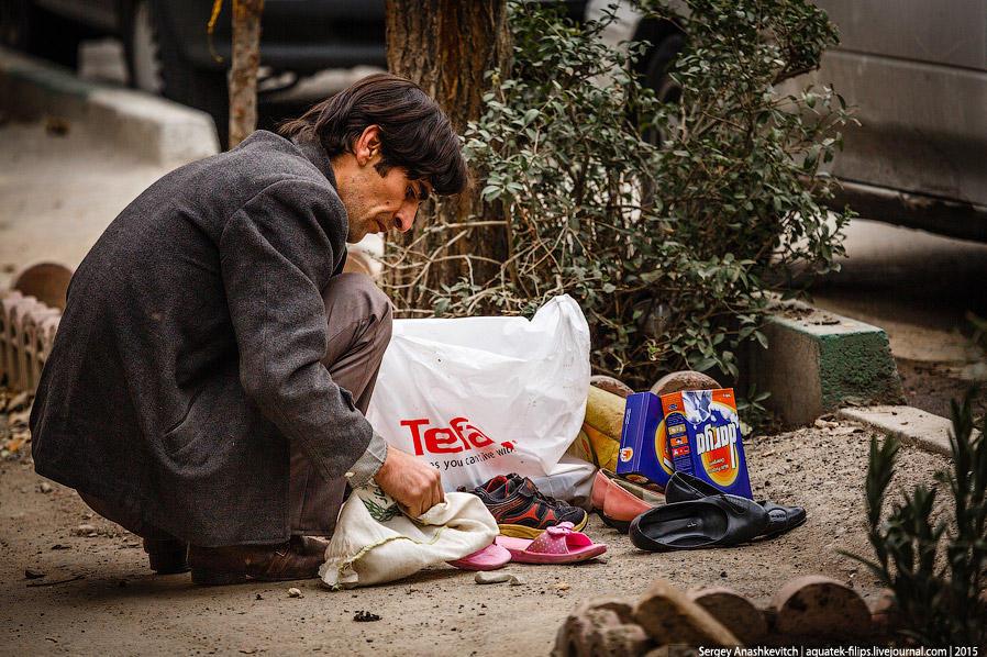 31. Люди на улицах Тегерана неоднородны. Можно увидеть даже неопрятных бездомных, но их очень мало.