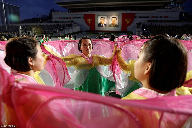 Участницы танцевальной программы в ярких национальных костюмах.