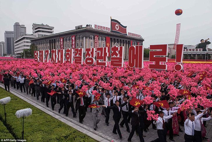 Днем участники парада несли в руках цветы.