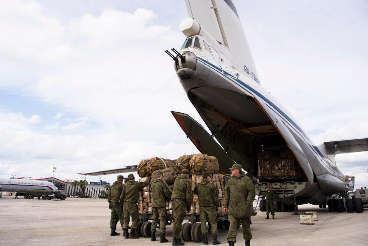 2. Именно отсюда российские бомбардировщики берут курс на объекты вражеского ИГИЛ. Военный аэродром