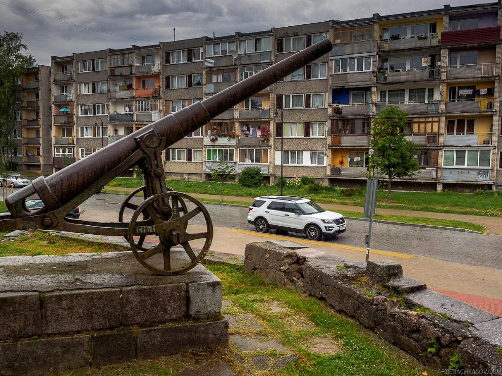 8. Отражается от выцветших стен эхом грохот архаичного мотора едущего по улице старого советско