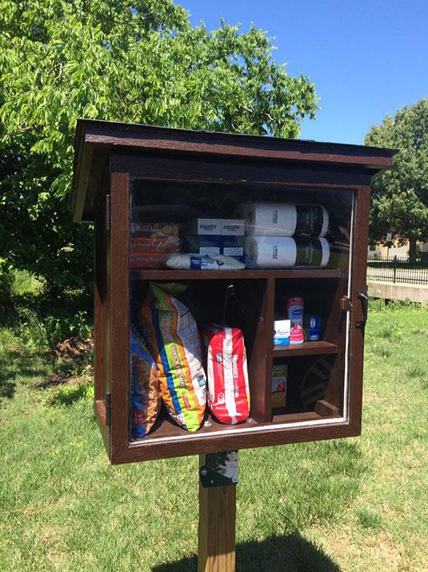 41-летняя Джессика Макклард построила небольшие шкафчики, чтобы люди могли оставлять еду и вещи для