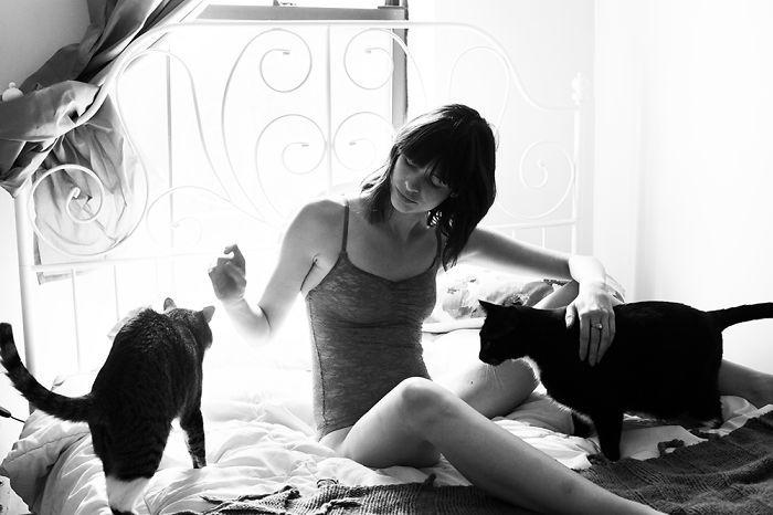 Красивые девушки со своими котами, которых они приютили
