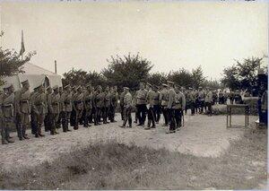 Начальник Военных сообщений приветствует нижние чины отряда.