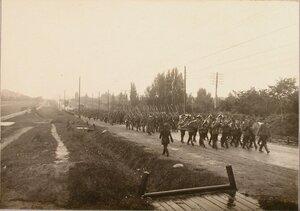 Солдаты и офицеры отряда на шоссе по пути к вокзалу.