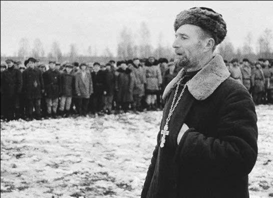 Православный священник выступает перед бойцами партизанского соединения. Ленинградская область.JPG