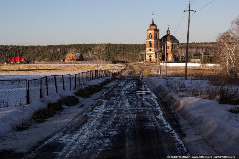 Храм в селе Смолинское действующий, там проходят службы