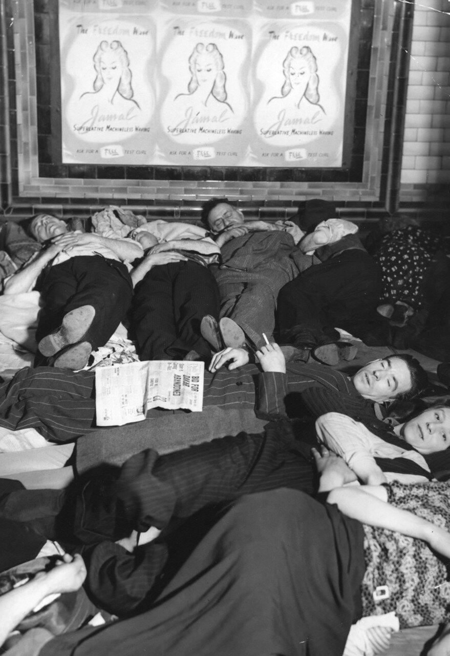 1940. Люди, спят на платформе станции метро «Пикадилли» во время воздушного налета