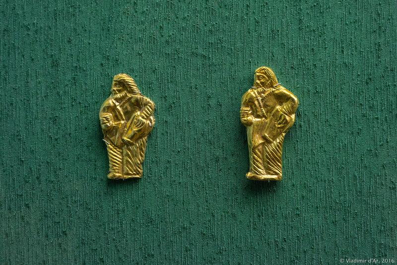 Пронизи с изображением фигуры стоящего скифа с горитом на боку и сосудом в руке