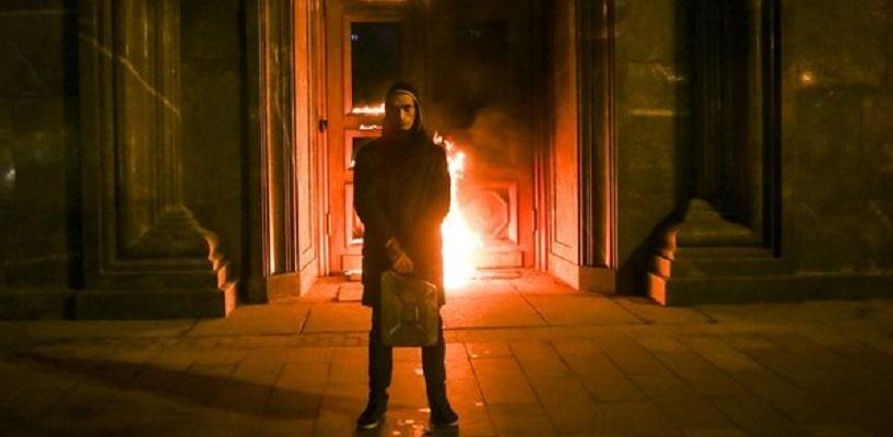 Кретин Павленский поджёг двери КГБ. Умышленно выбрал утро понедельника и поджог какую-то киношную жидкость: для много дыма из ничего.