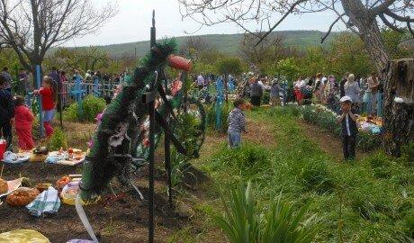 Радуница в Молдове - на кладбища еду везут тележками