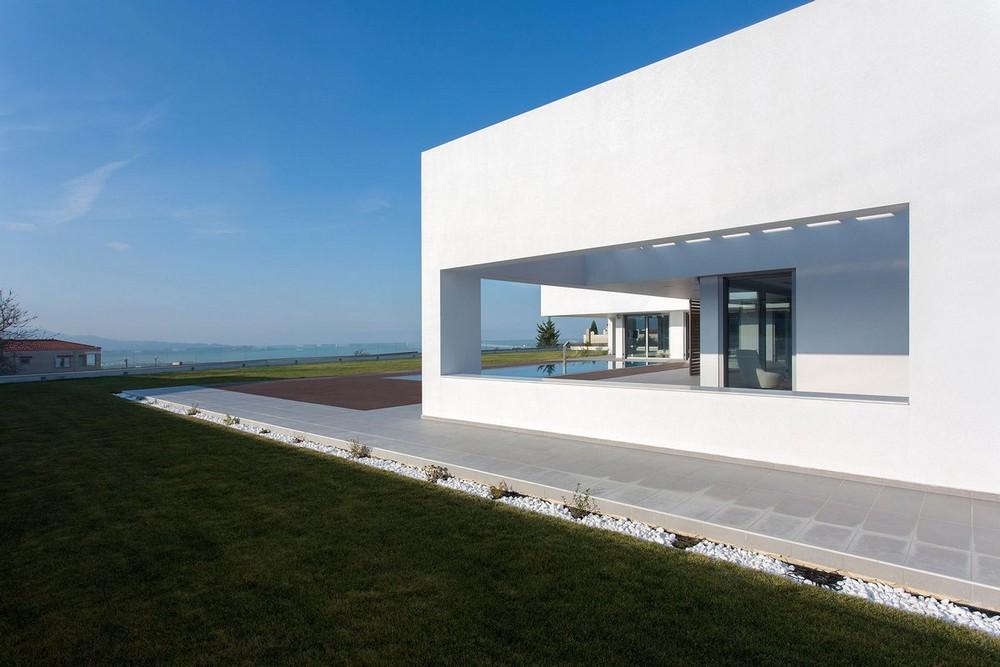 Белоснежный особняк на побережье Средиземного моря