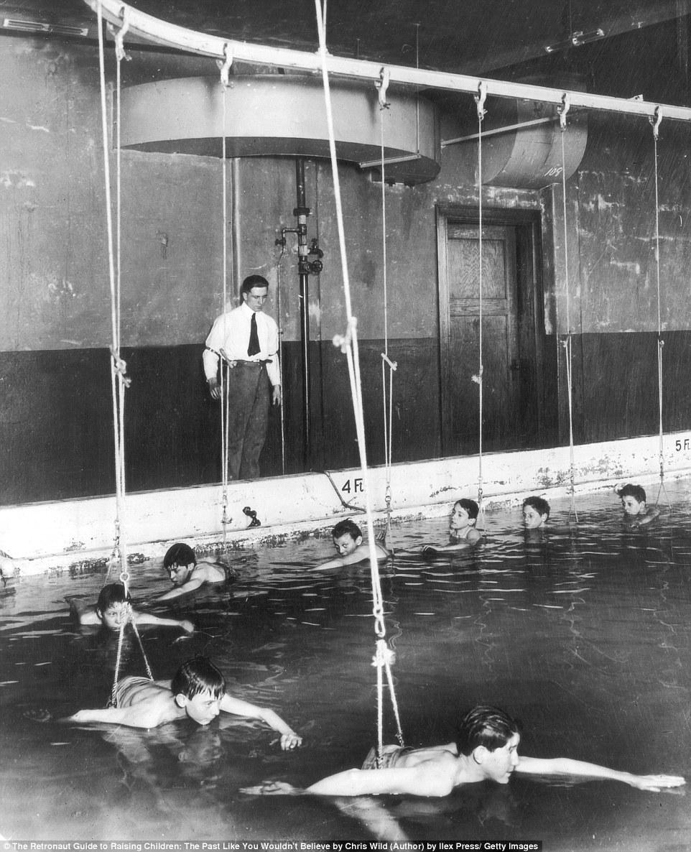 Синхронное плавание: новичков обучают при помощи своеобразной карусели. Цинциннати, штат Огайо, США,