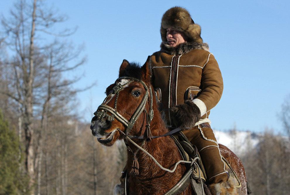 2. Путин и лошадка. Владимир Путин на прогулке верхом в районе Караташа, возле города Абакан, во вре