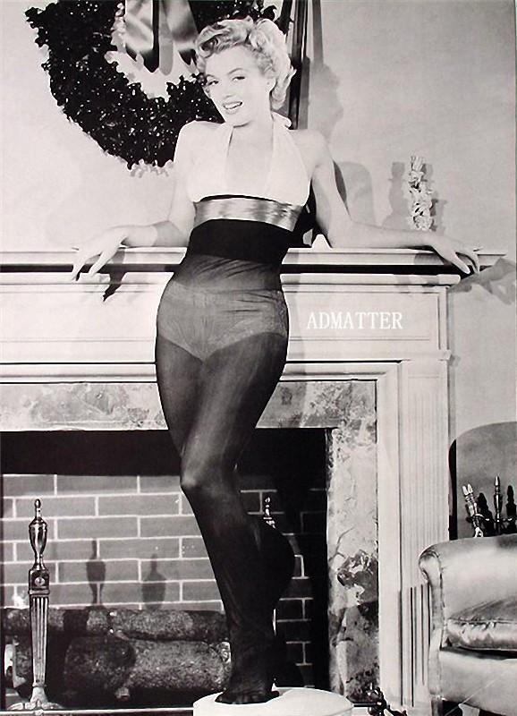 20. Фото из рождественской фотосессии Мэрилин Монро. Позже в моду стали входить короткие юбки, а чул