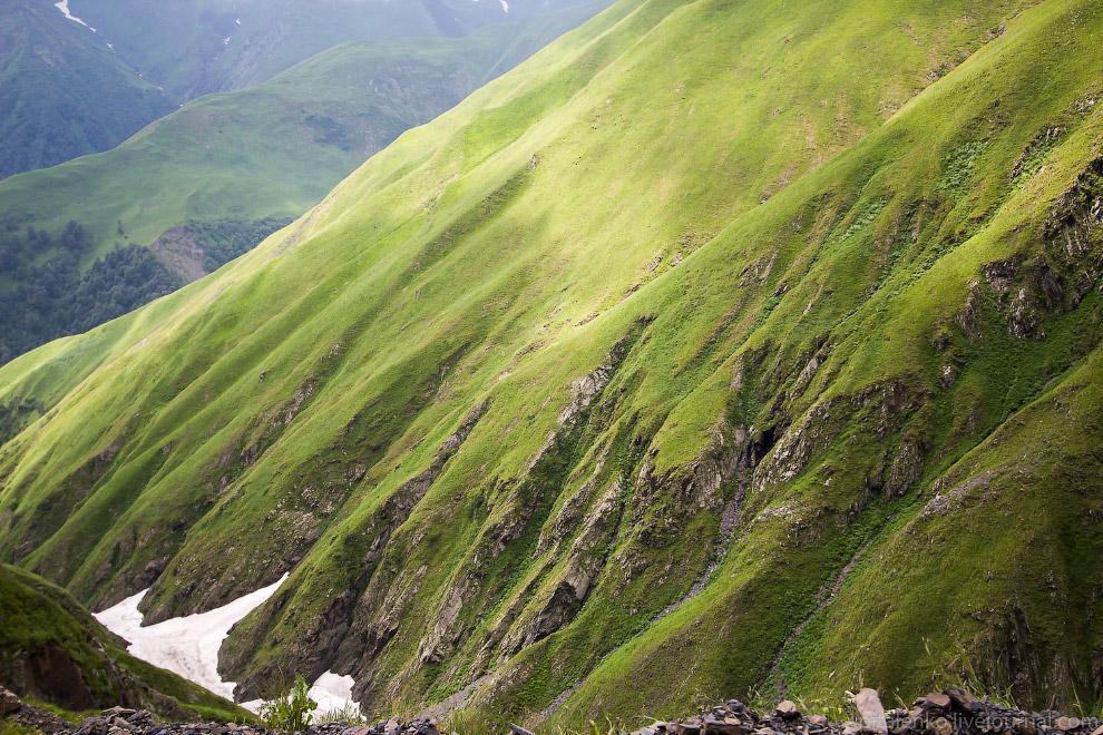 18. На склонах гор вырезана дорога. Встречную машину видно издалека: