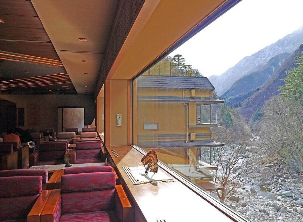 Гостиница расположена вгорной долине, так что изо всех окон открывается вид нагоры. Идеальное «кин