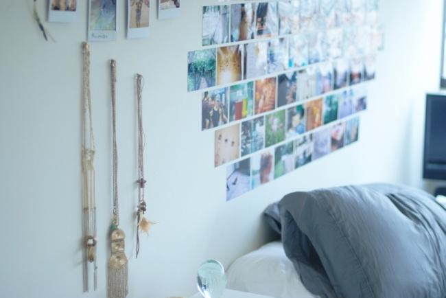 Несколько органично подобранных небольших фотографий, зеркал иукрашений добавят комнате изюминку и