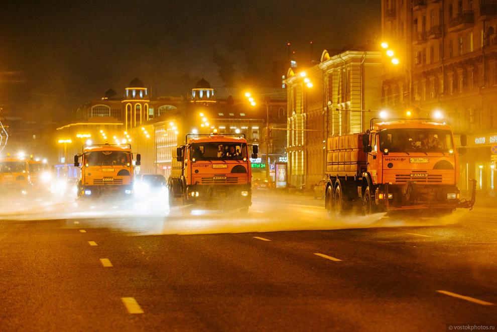 7. Пыль и грязь с дороги сбивают к краям проезжей части струей воды из поливомоечных машин, а п
