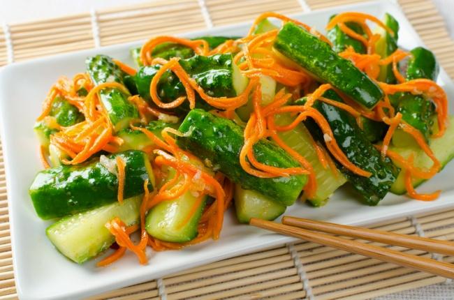Ингредиенты: 500г моркови 200г огурцов 1зубчик чеснока имбирь свежий 50мл соевого соуса 40мл ку