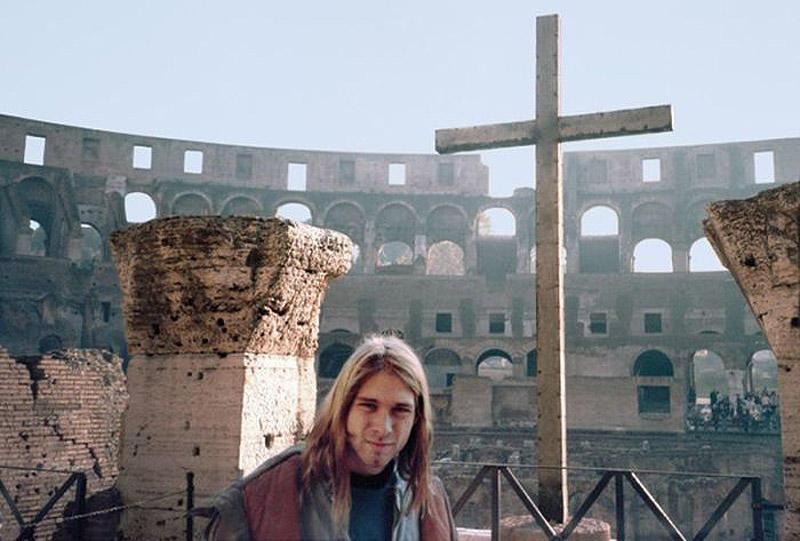 22-летний Курт Кобейн на фоне Колизея в Риме в 1989 году. «У Курта было нервное истощение после того