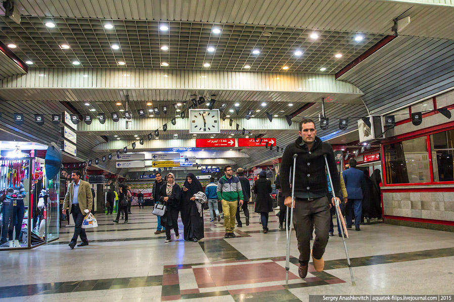 22. Тегеранское метро приятно удивляет. После неопрятности и серого бетона на улицах, ожидаешь и под
