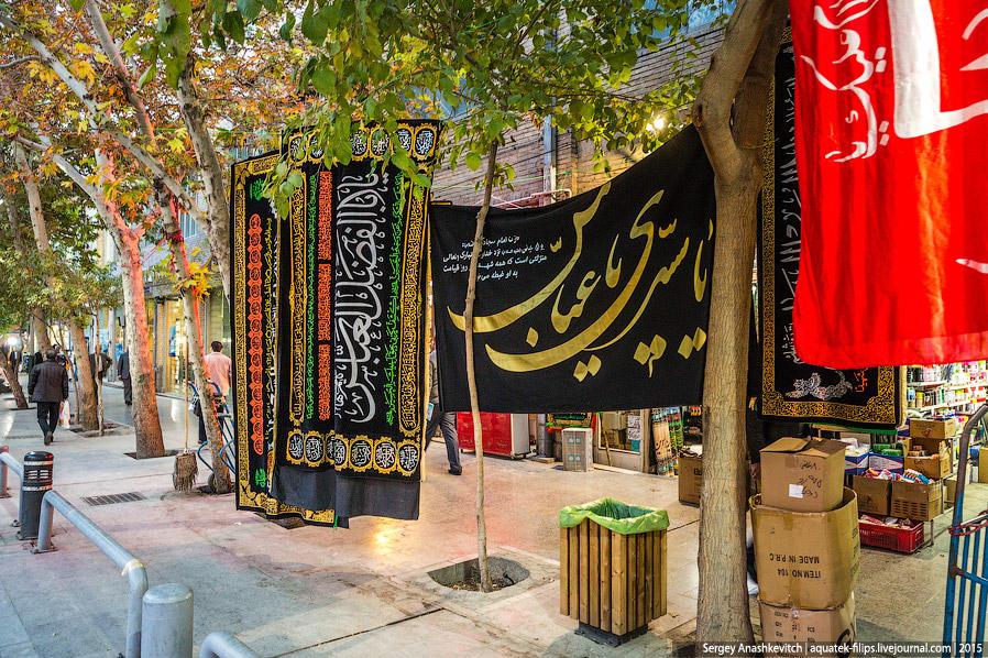 19. Повсюду на улицах в продаже можно встретить различные исламские флаги и полотнища. Честно говоря