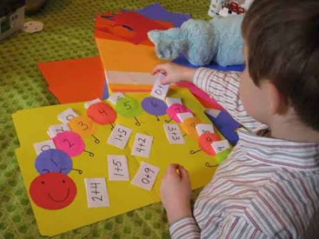 © www.manualidadesytips.com  Как играть Для этой игры необходимо заранее сделатьгусеницу
