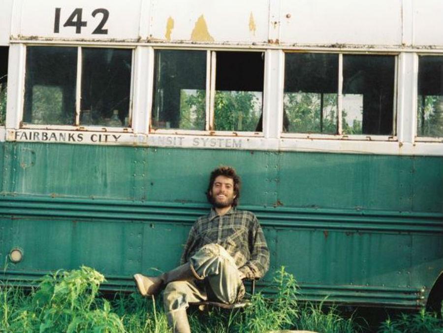 Кристофер Маккэндлесс — американский путешественник, отправившийся в необитаемую часть Аляски с небо