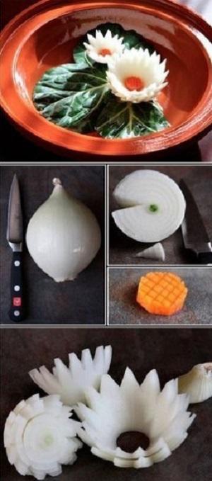 Лотос из лука. Желтенькую сердцевину можно сделать из моркови, желтого болгарского перца или яичного