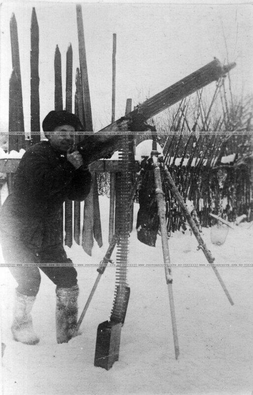 Попов П.М. - боец красноармеец, солдат железнодорожной части, во время охраны железнодорожного моста у Петрокрепости. 1943 г.