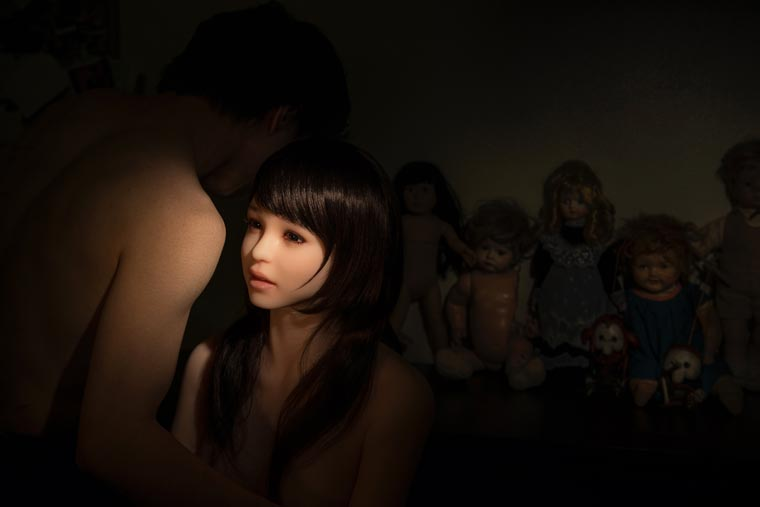 Eva - When a Korean photographer documents his life with a sex doll