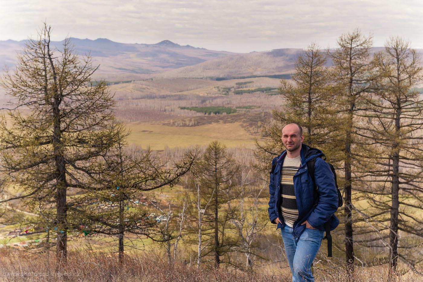 Фотография 3. С вершины горы Ауштау открывается чудесный вид на хребет Алабия (видимо, это он позади меня) и на Нурали. Отчет о поездке в Башкирию на автомобиле. Объектив Nikon 24-70 mm f/2.8. Параметры съемки: 1/200, -0.33, 8.0, 250, 70.