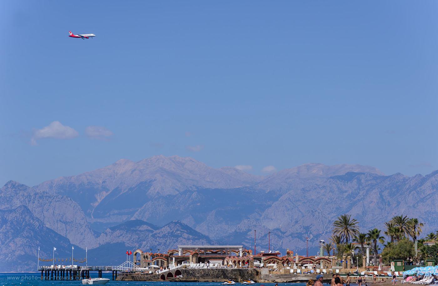 Фото 8. Самолет идет на посадку в аэропорт Анталии. Снято во время отдыха на пляже Лара. 1/640, +0.67, 8.0, 250, 140.