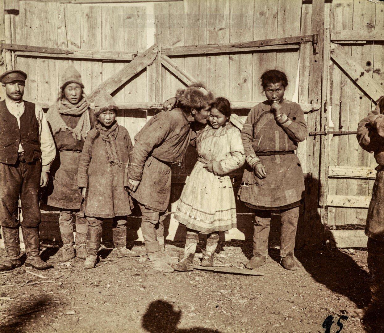 Нанайцы возле деревянных ворот