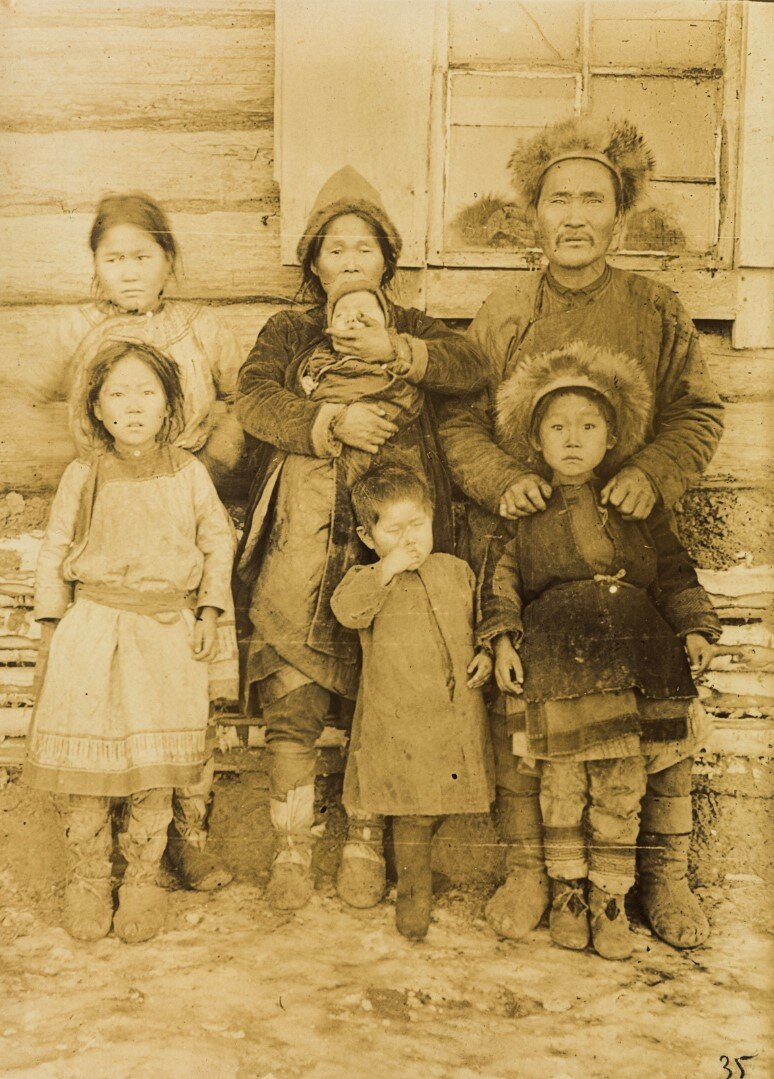 Портрет семьи нанайцев из Троицкого