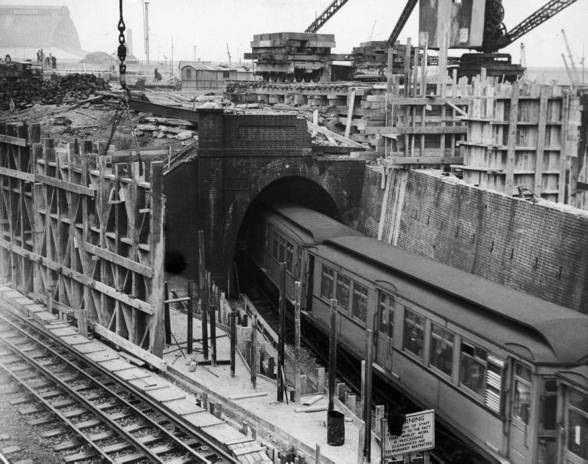 1936. Шесть подземных железнодорожных туннелей проходят под местом строительства выставочного центра «Эрлс Корт», недалеко от станции «Эрлс Корт». 1 мая