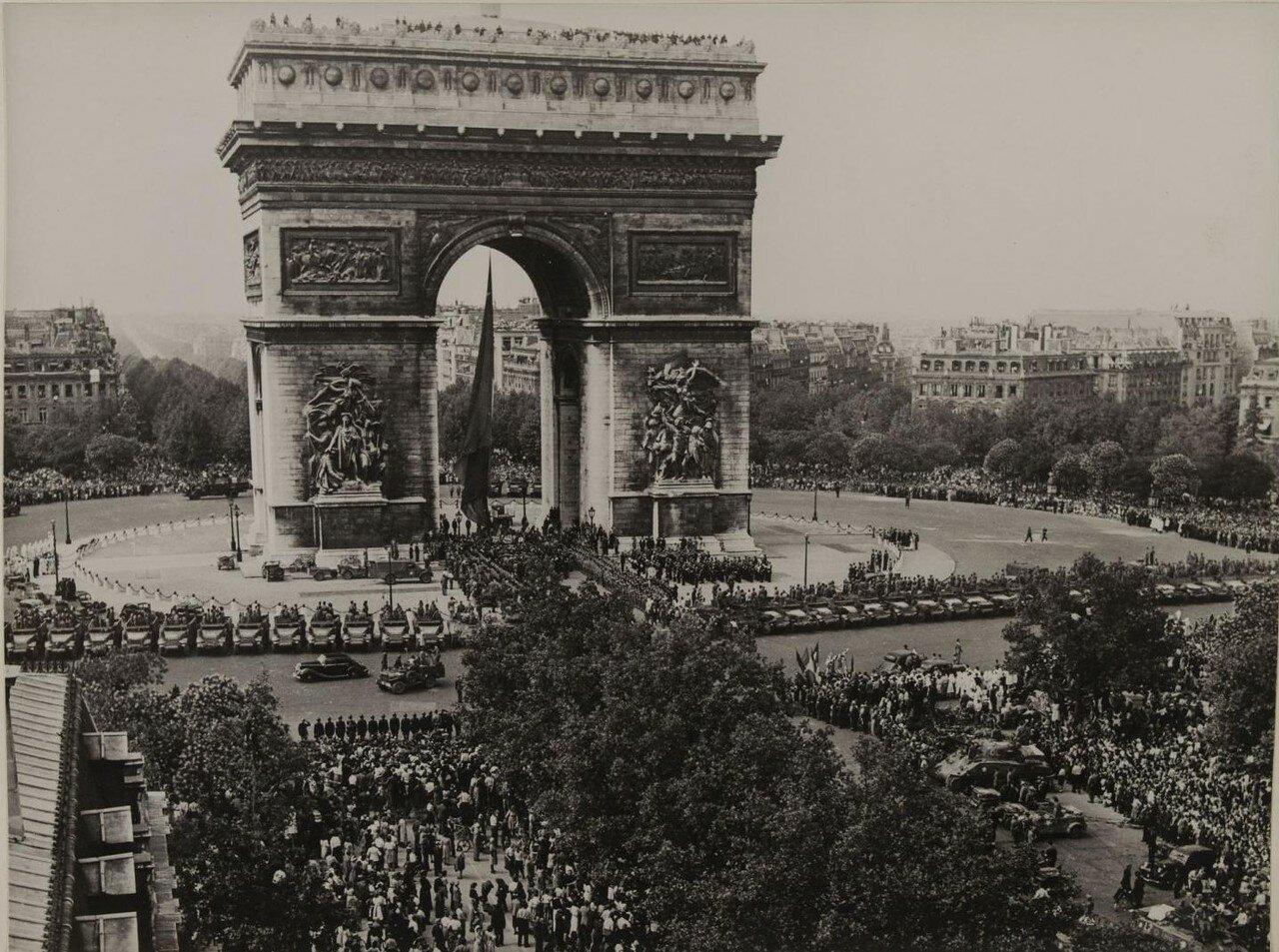 26 августа. Возле Триумфальной арки