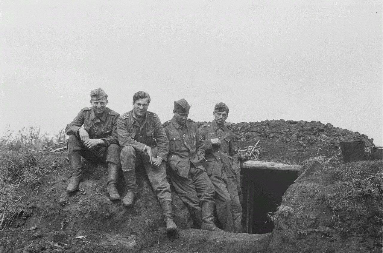 После боевых действий. Солдаты перед входом в землянку