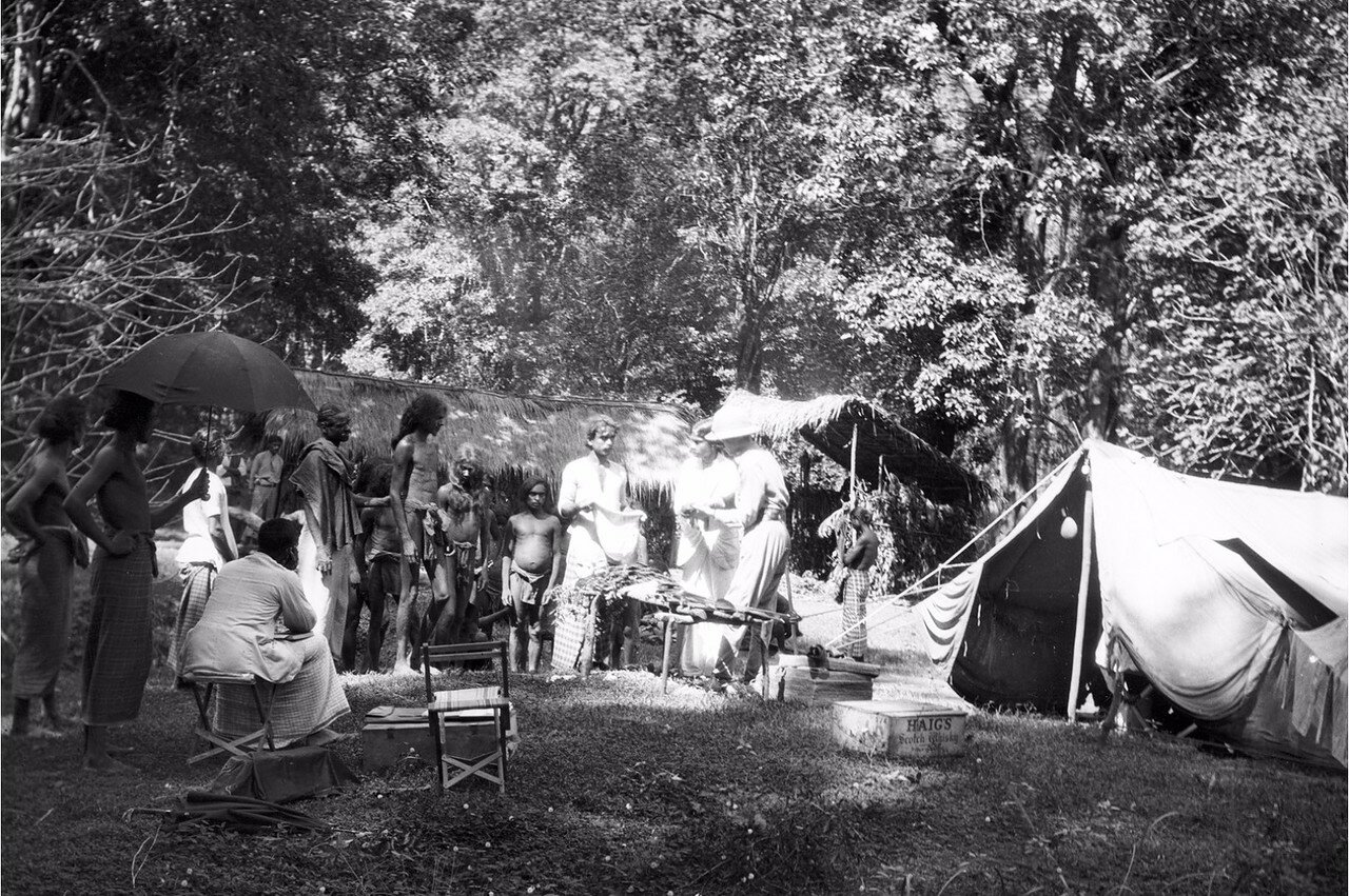 116. Эгон фон Эйкштедт с супругой распределяют подарки для жителей деревни веддов