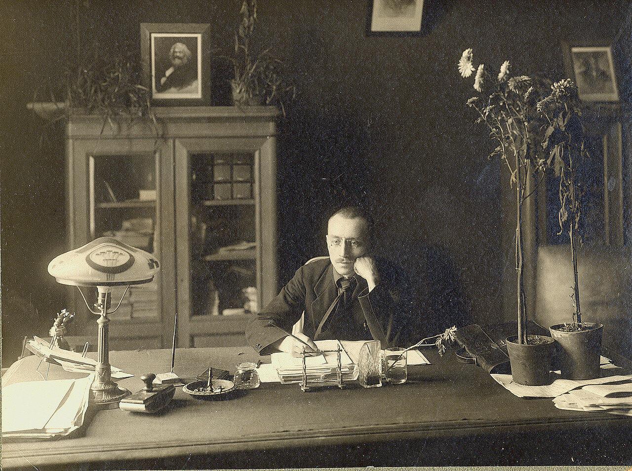 Николай Милютин, автор Соцгорода и редактор журнала Советская Архитектура в своем пентхаусе на вершине Дома Наркомфина