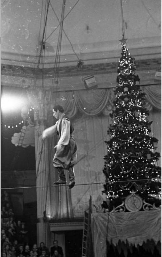1960. Новогоднее представление в Московском цирке на Цветном бульваре. Канатоходец Магомед Магомедов